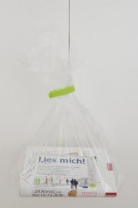 150403_7haelt-fertige-Tuete-ab-in-den-Baum_KiQ-Rath-Tat-Tag-des-Buches-Westfalenstr-Linneweber